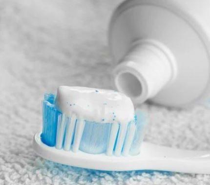 Menghilangkan Noda Tinta di Baju Putih dengan pasta gigi