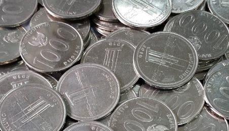 uang koin pada mesin cuci